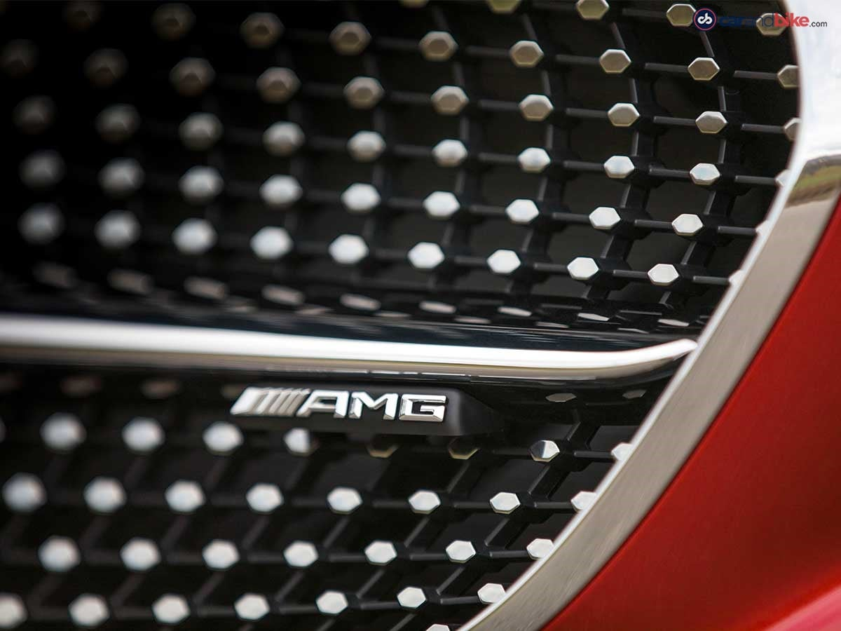 The diamond grille with chromed pins, a louvre in high-gloss black and the AMG lettering represent further hallmarks of the AMG 43 models.