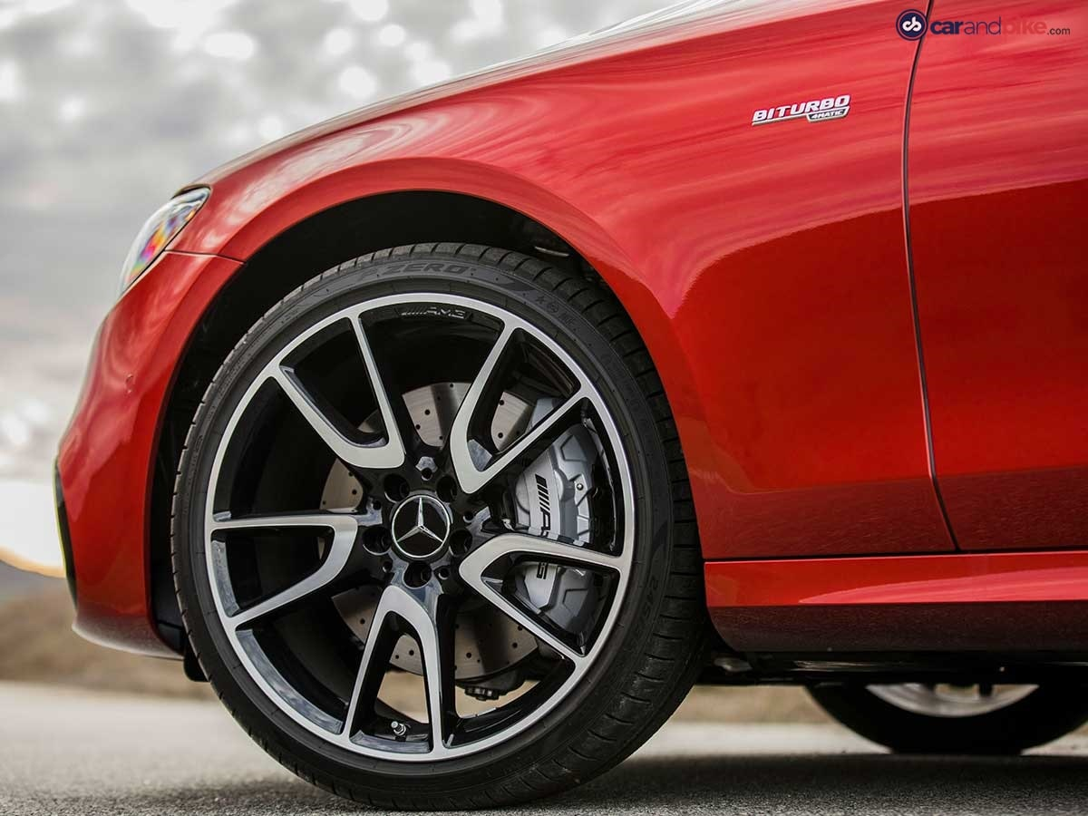 The side view is dominated by high-sheen 19-inch AMG five-spoke light-alloy wheels painted in high-gloss black.