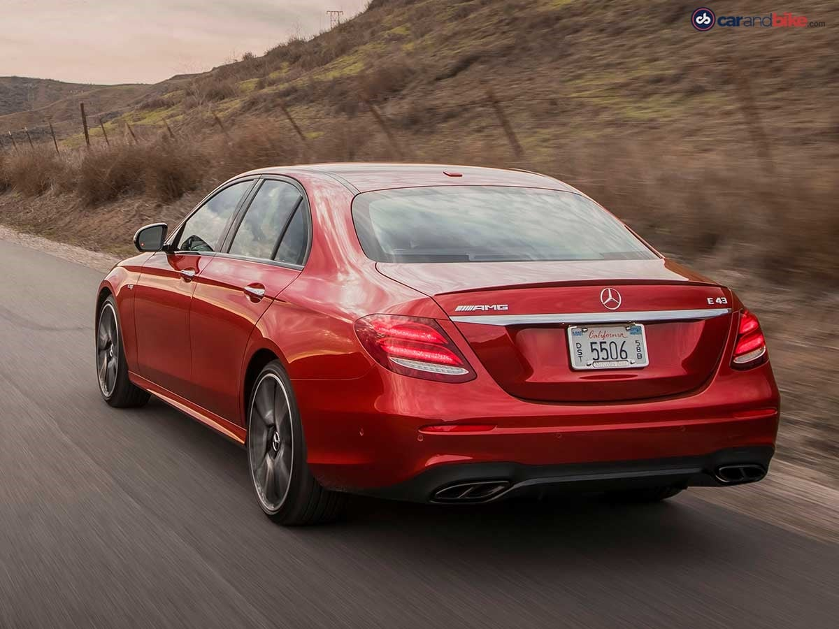 The rear end also features characteristic highlights, with two chrome-plated quad-flow exhaust tailpipes conveying a particularly sporty aesthetic.