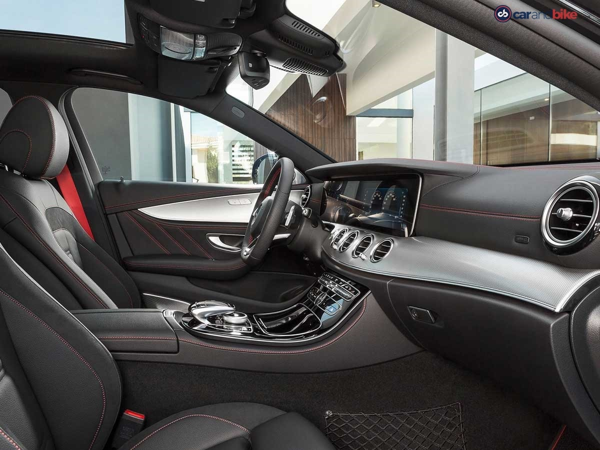 The driver and front passenger find a secure position in the sports seats even when driving at speed, thanks to the improved lateral support.