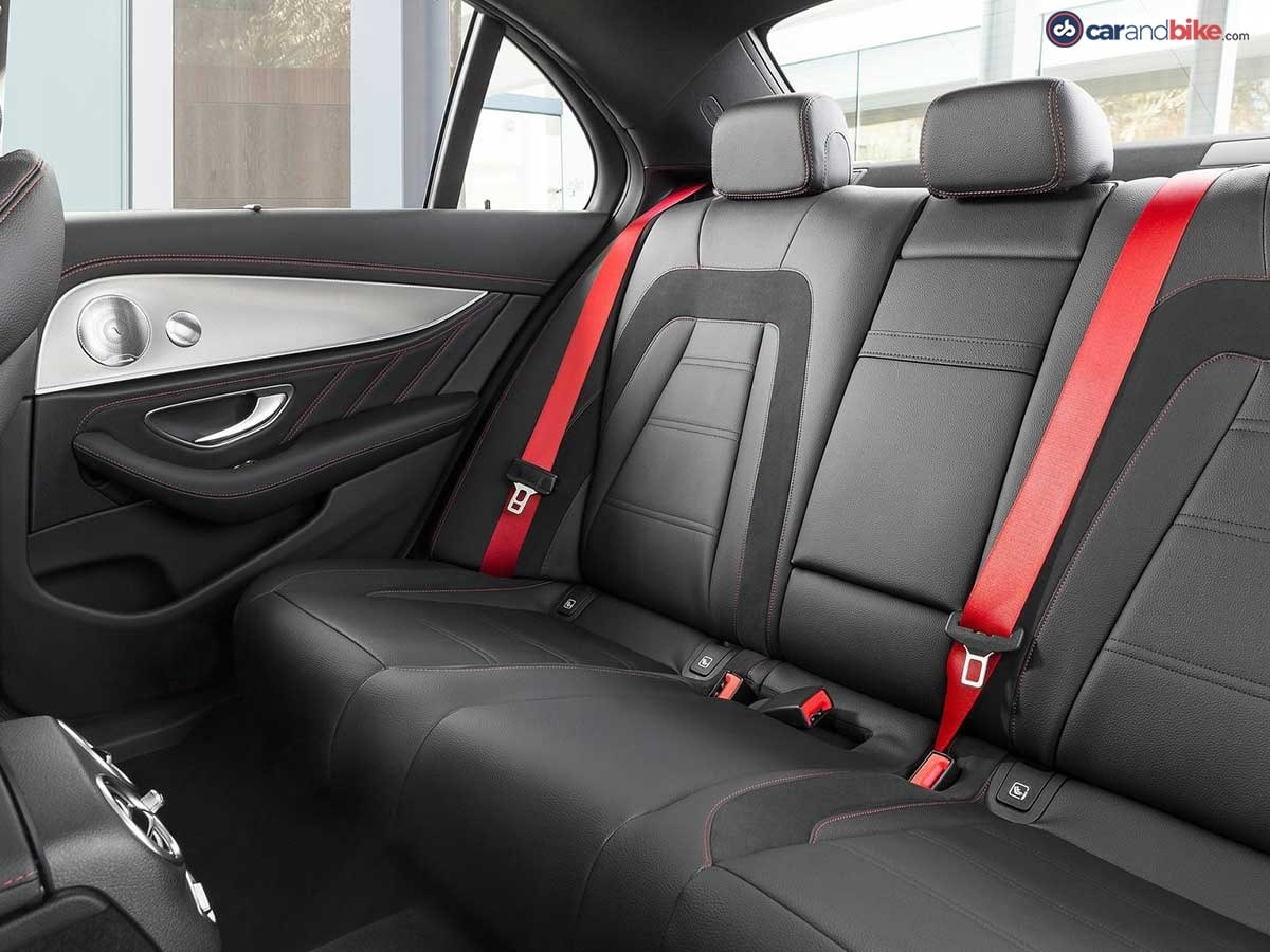 The upholstery in ARTICO man-made leather/DINAMICA microfibre in black (optionally: nappa leather) features a distinctive layout and red topstitching.