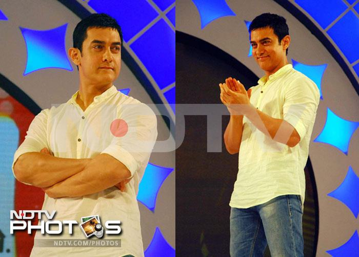 Aamir Khan felicitates cricketer Rahul Dravid