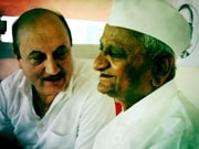 Photo : Celebs extend support to Anna Hazare
