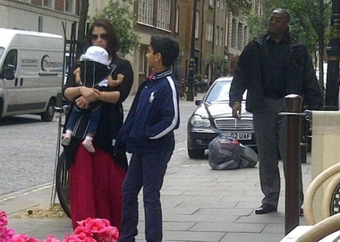 Ash strolls around London with Aaradhya