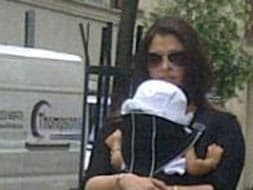 Photo : Ash strolls around London with Aaradhya