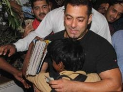Photo : Tu Jo Mila: Salman and His Little Fans Are Adorable