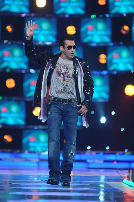 salman in performance mood in the launch episode of bigg boss Salman reveals Bigg Boss 4 contestants image gallery