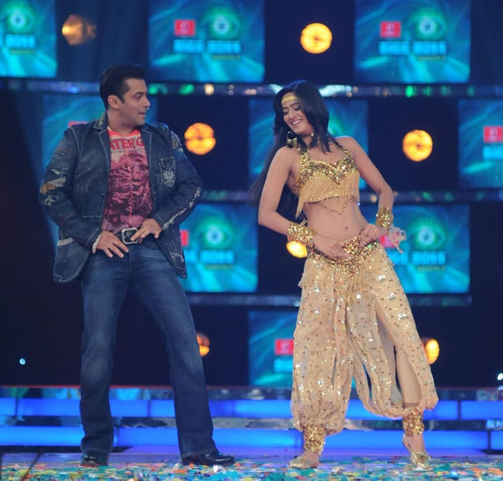 swetha and salman doing debang song Salman reveals Bigg Boss 4 contestants image gallery