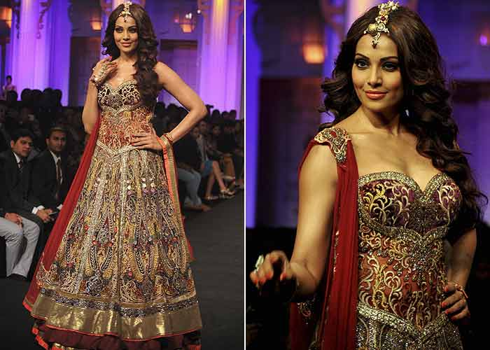 Bipasha on the ramp, Bhagyashree off it