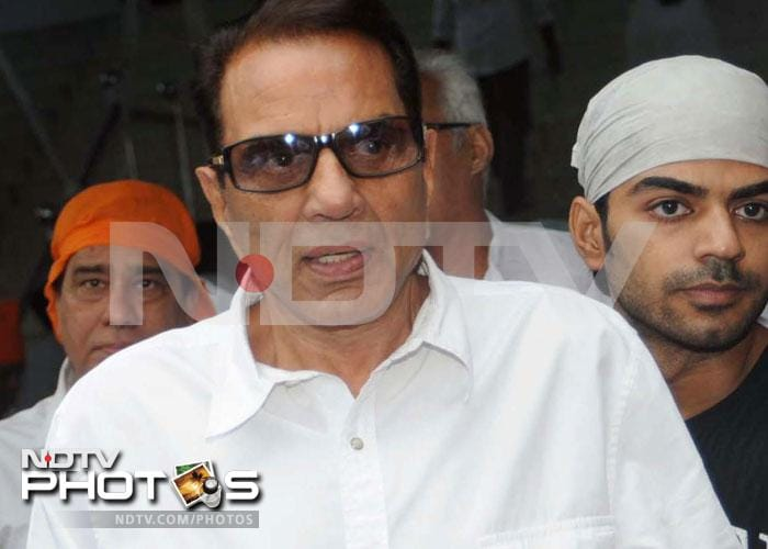 Family, friends pray for Dara Singh