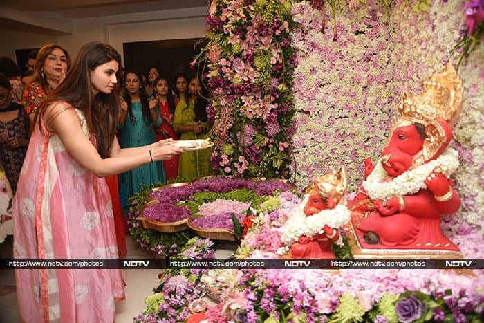 Amy daisy elli dance at salman khan 39 s ganpati visarjan for Artificial flower decoration for ganpati