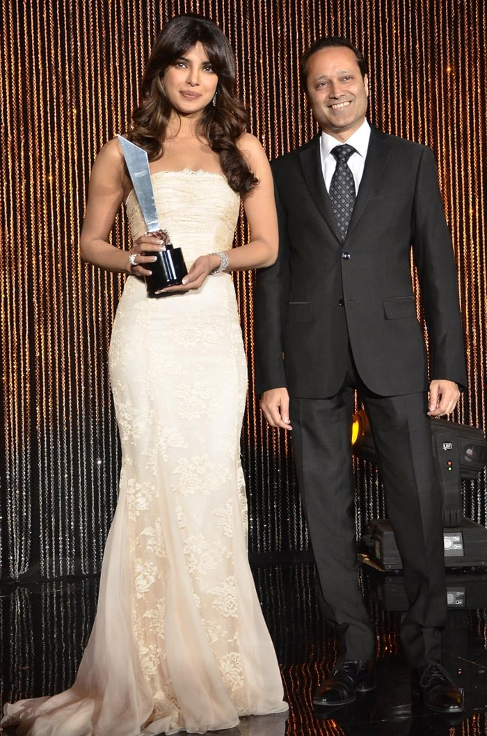 http://drop.ndtv.com/albums/ENTERTAINMENT/hello-awards2012/priyanka.jpg