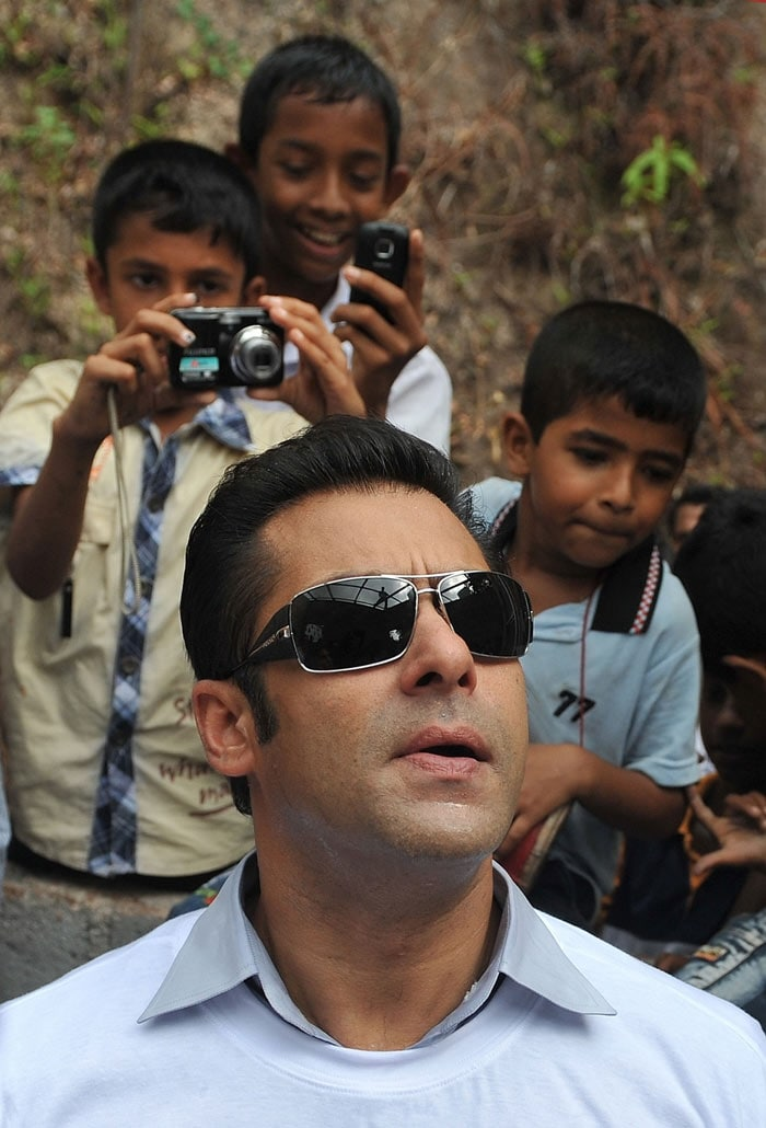 4 Salman, Jacqueline visit war torn village in Sri Lanka bollywood pictures