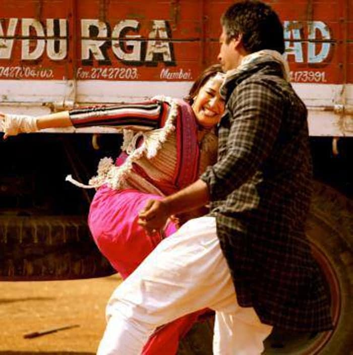 http://drop.ndtv.com/albums/ENTERTAINMENT/iifa14th/madhuri-gulaab-gang1-700.jpg