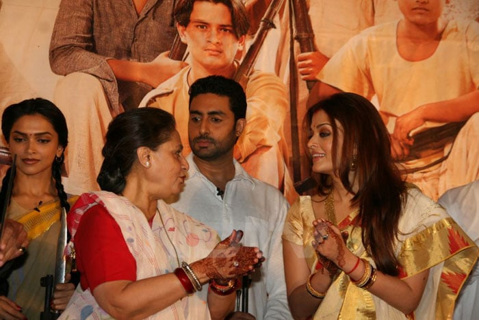ash jaya talking Aishwarya, Abhishek go traditional bollywood gallery