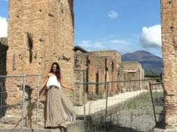 Photo : Can You Spot Lisa Haydon Among The Ruins Of Pompeii?