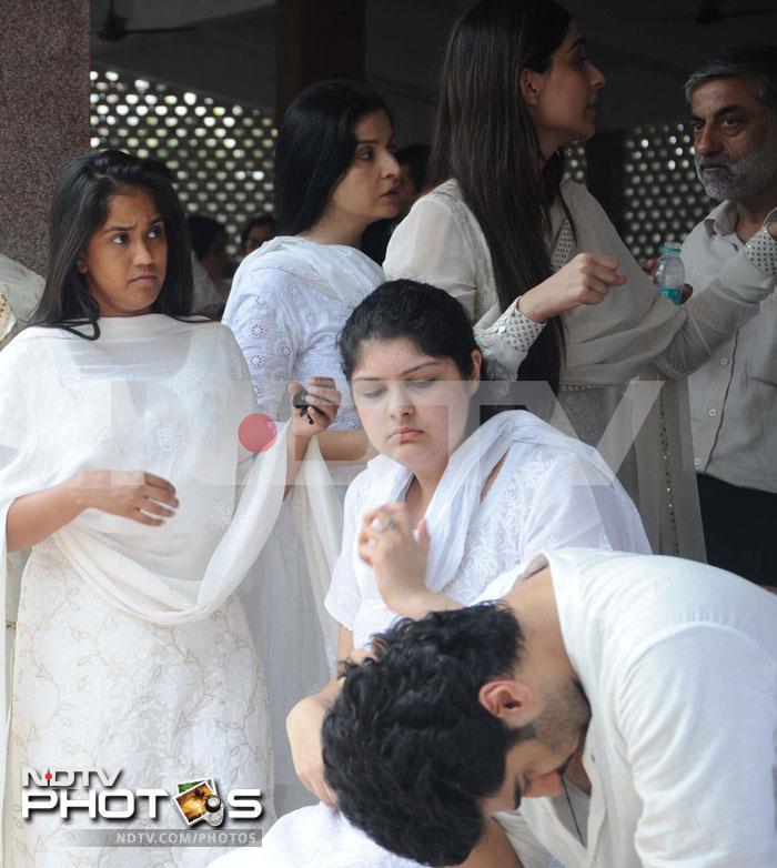 Mona Kapoors last rites in Mumbai