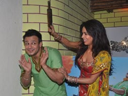 Photo : Mallika takes a rolling pin to Vivek