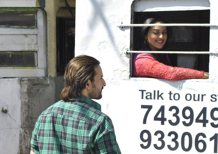 http://drop.ndtv.com/albums/ENTERTAINMENT/saif-shoot/2-saif-sona-tram.jpg