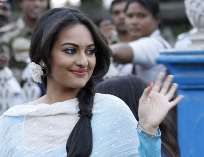 http://drop.ndtv.com/albums/ENTERTAINMENT/saif-shoot/3-sonakshi.jpg