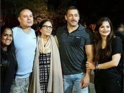 Photo : Salman, Akshay Celebrate New Year With Family