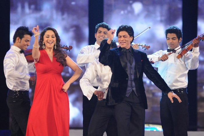 SRK dances along with Madhuri