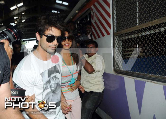 Shahid, Priyanka ride a Mumbai local