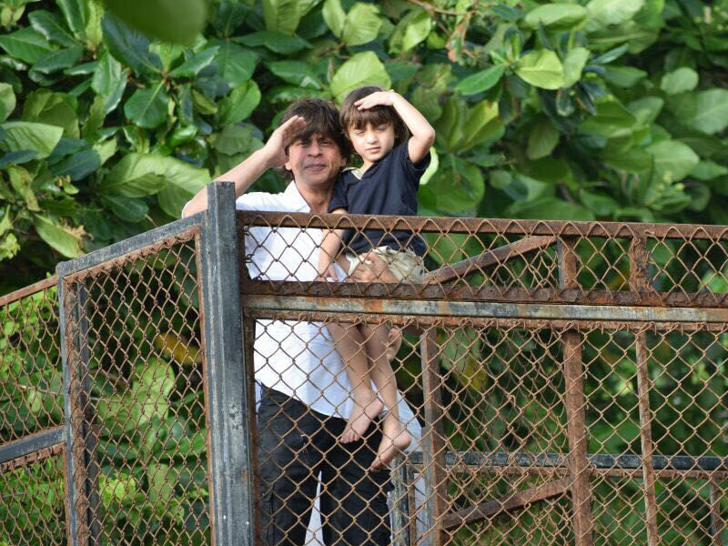 5 Absolutely Adorable Pics Of Shah Rukh And AbRam On Eid