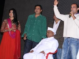 Photo : Anna Hazare watches film