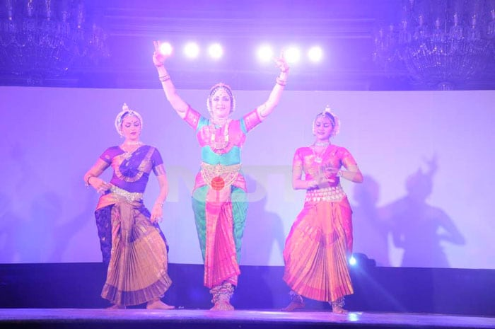 Hema Dances With Daughters