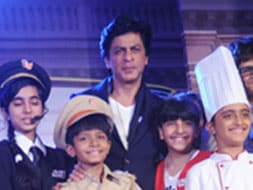Photo : Child's play with Shah Rukh Khan