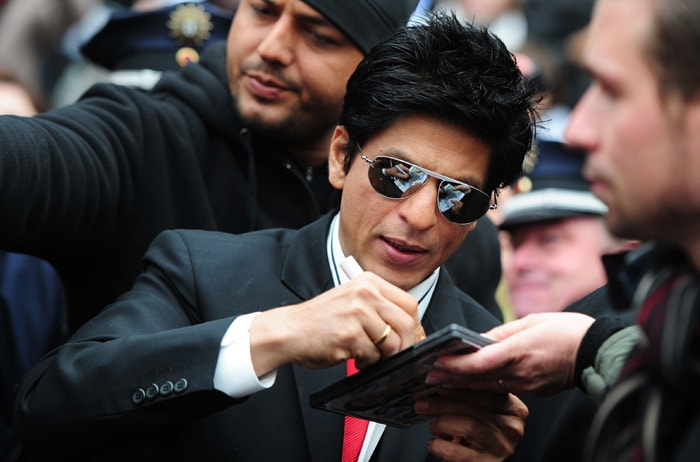 srk signing1 SRK, Priyanka shoot Don 2 in Germany bollywood gallery