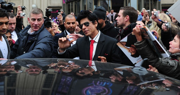 srk waving SRK, Priyanka shoot Don 2 in Germany bollywood gallery