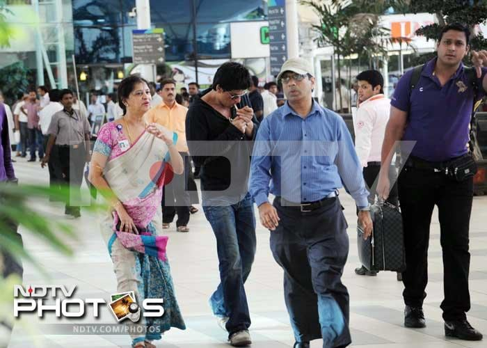 Jetsetting SRK flies back to Mumbai