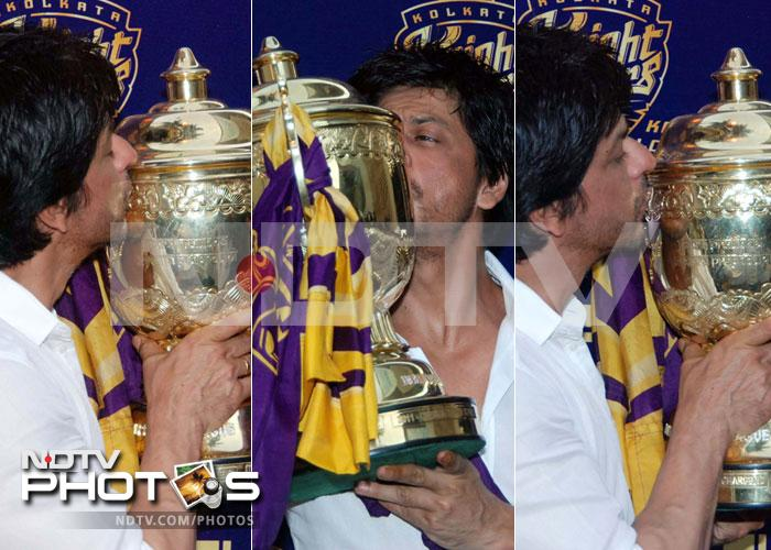 SRK celebrates KKR's victory with fans
