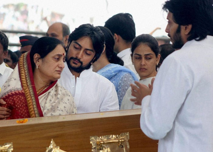 Politicians, celebs at Vilasrao Deshmukh's funeral