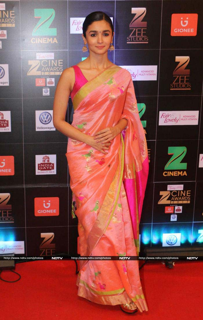 Alia gave us all ethnic goals as she poses in this traditional pink saree before winning-Best Actress for Udta Punjab.