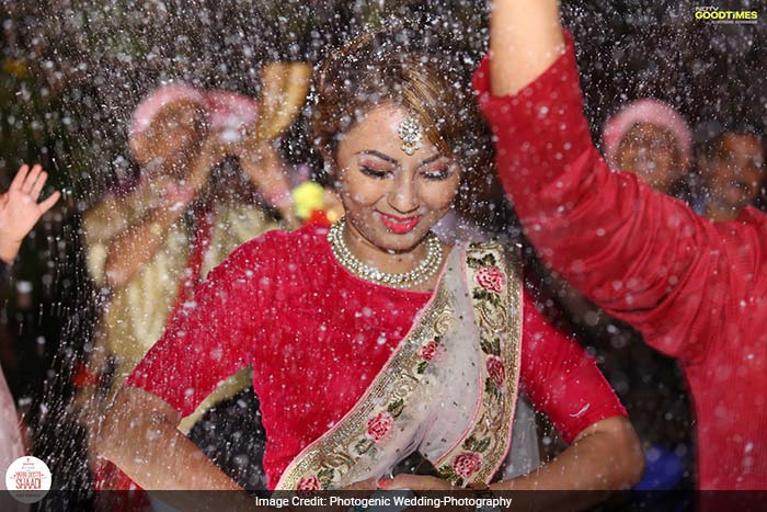 Dulhe ki behen peeche kaise rahe? Bonnie, the sister of the groom dancing at her brother's baraat.