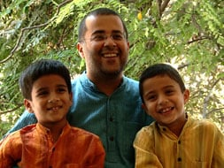 Photo : Meet Chetan Bhagat, a doting father