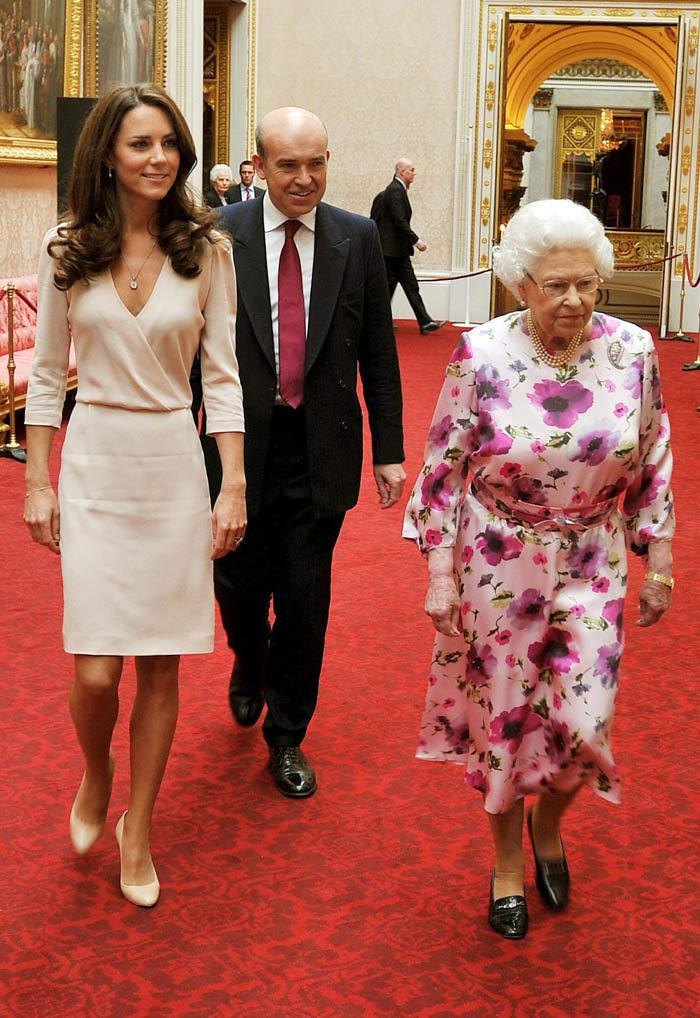 The Queen and Kate view her  Young Queen Elizabeth 1 Dress