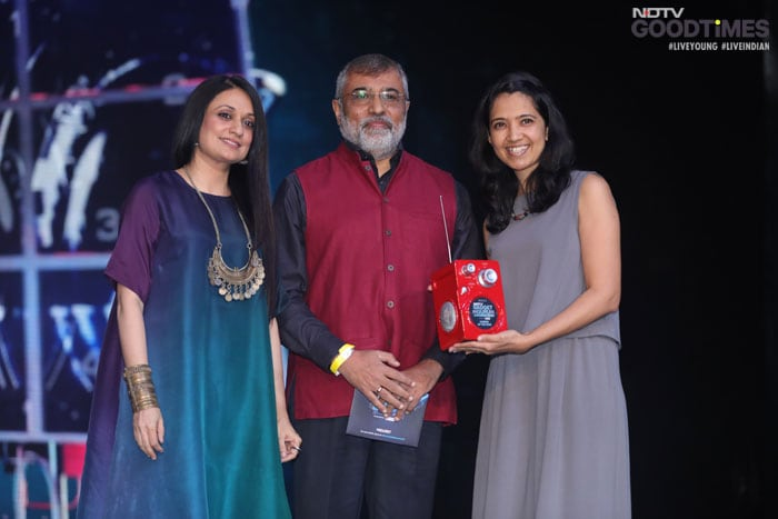 Ajay Mankotia and Sonam Kalra present the award for Camera of the Year to GoPro Country Business-Manager,Mayuri-Pitale