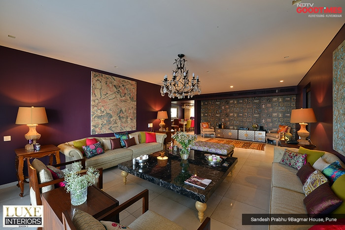 Royalty, color-play, opulence, elegance, and a tinge of artiness. This spacious living room of the Bagmar House in Pune seems to have it all, and much more than that.
