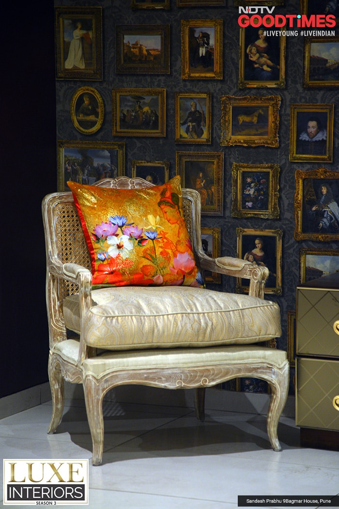 Golden stands out amidst the blast of all colors, in Bagmar house. And this is very evident in this little setting where the wall has given life to eminent personalities on it with golden frames. The classic sofa and the floral orange cushion on it are just the right amount of opulence your abode needs.