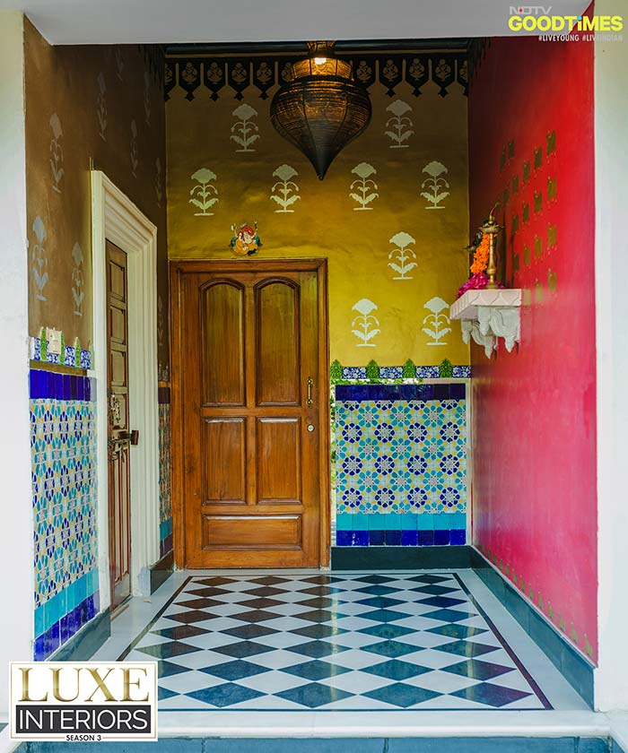 Impress your guests even before they enter your house. Use vibrant colors to make your entrance stand out.