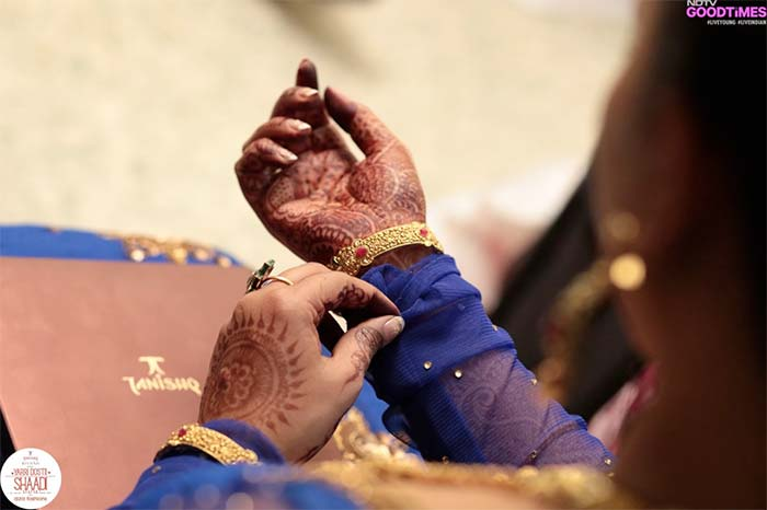 The traditional bangles by Tanishq adds to our bride's whimsical blue outfit