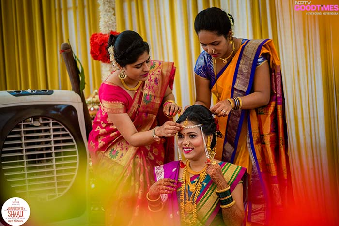 Family and friends help Supriya get dressed in traditional Marathi outfit and Tanishq Rivaah jewellery.