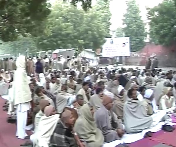 Thousands of farmers protest in Delhi