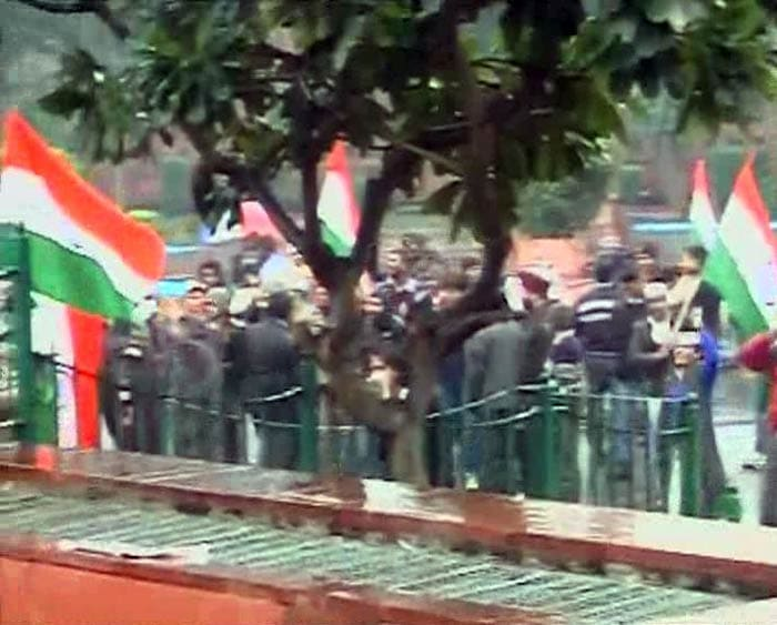 Photo : Arvind Kejriwal supporters stay put despite rain, bad weather