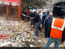 5 Pics: Aam Aadmi Party Leaders Clean Delhi Streets