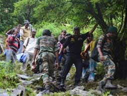 Photo : Army Commander walks with 500 people out of Badrinath